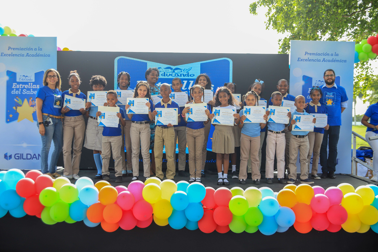 Gildan reconoce a 190 estudiantes dominicanos