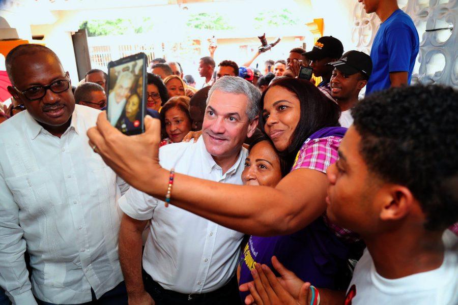 Gonzalo Castillo realiza recorrido por Santo Domingo Este