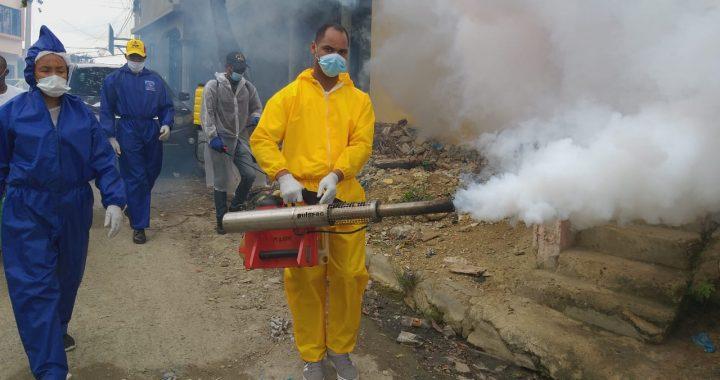 Santo Jiménez continúa realizando operativos de limpieza y fumigación