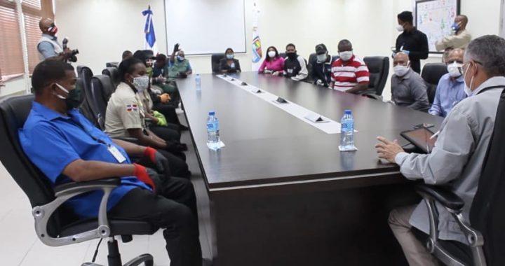 Alcalde de SDE sanciona policías municipales maltrataron ciudadano