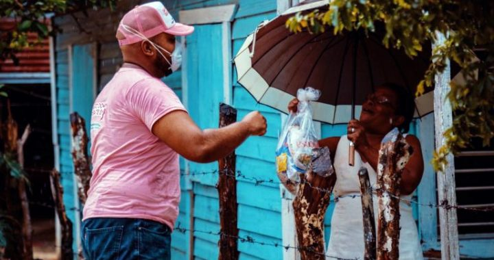 Cristina Lizardo entrega raciones de alimentos a familias pobres