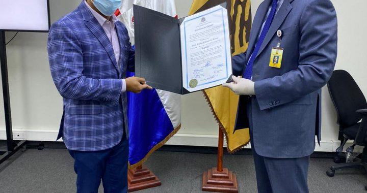 Joselito recibe certificado de elección