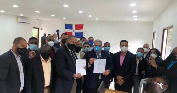 Yoni Carpio inscribe candidatura a la presidencia del Colegio de Abogados