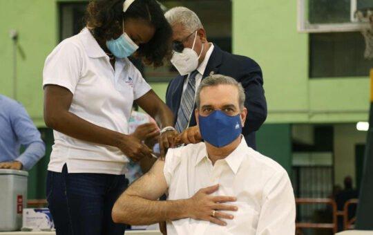 Presidente dominicano recibe la tercera dosis de la vacuna contra el COVID-19