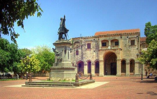 Una veintena de dominicanos protestan para pedir retirada de estatua de Colón