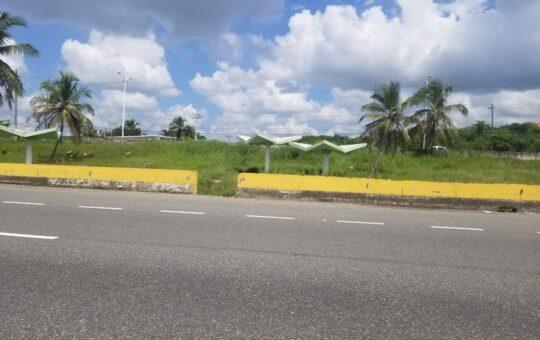 Autopista Las Américas sumergida en el abandono